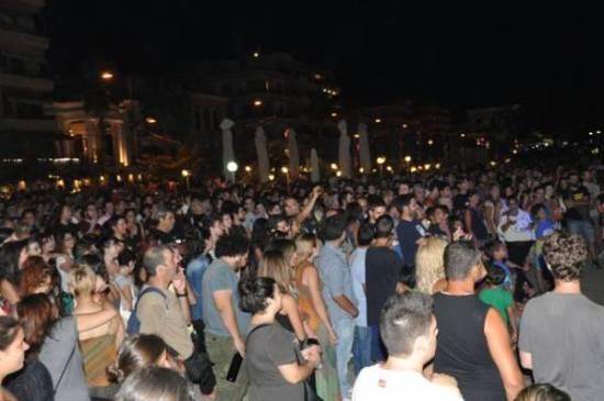Πλήθος κόσμου στην αντιφασιστική συναυλία στο λιμάνι της Καλαμάτας