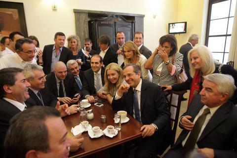 Οι βουλευτές, ο Σαμαράς και ο καφές που χύθηκε...