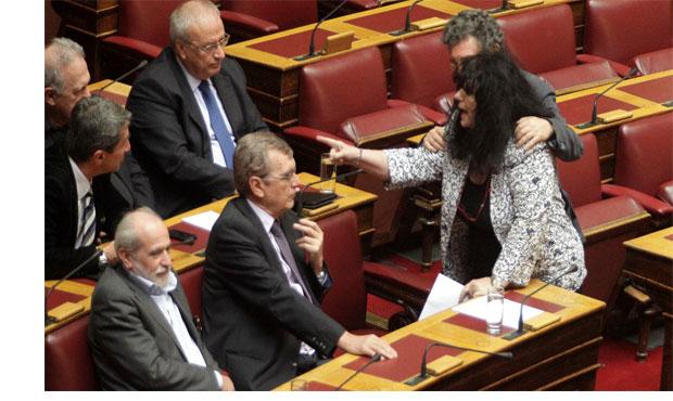 Νέος καβγάς στη Βουλή: Η Βαγενά κινήθηκε κατά του Λοβέρδου