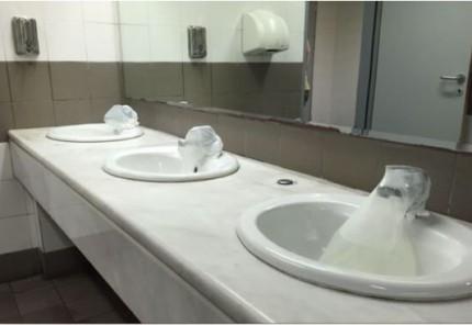 Λαμποκοπούν οι τουαλέτες της Μυκόνου μετά το τιτίβισμα του Dixon! (εικόνα)