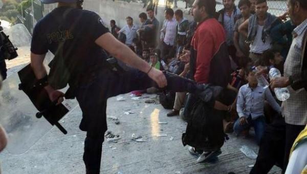 Αστυνομικός κλωτσάει πρόσφυγα