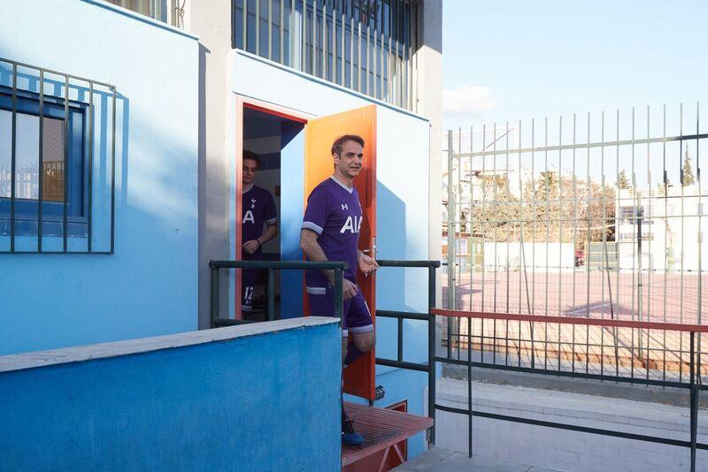 Ο Μητσοτάκης έπαιξε ποδόσφαιρο με την ομάδα των Ελλήνων Ρομά ... d812e15e793